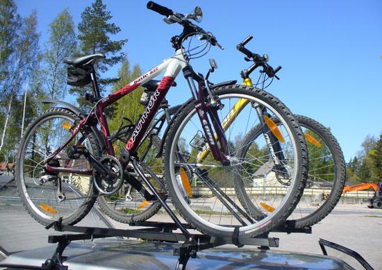 С велосипедами на автомобиле
